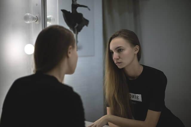 Reflektionen av kvinna
