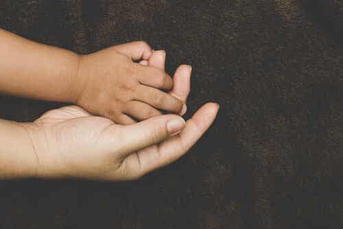 Vilka faktorer influerar anknytning hos adopterade barn?