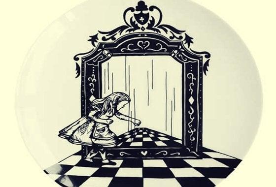 Alice som står bredvid spegel.