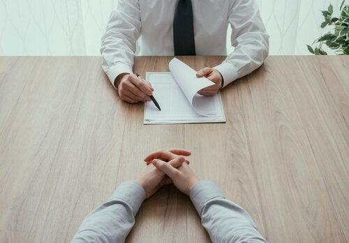 Anställningsintervju där ett CV granskas