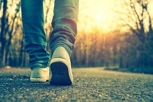 Fötterna på en person som promenerar