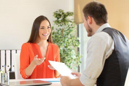 Kvinna och man i anställningsintervju