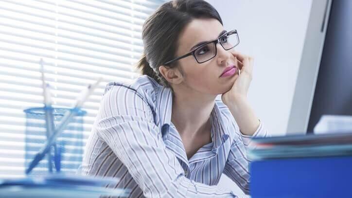 Kvinna som tittar på datorn.