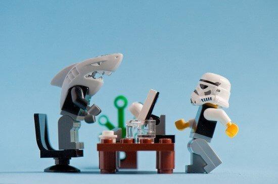 lego som visar på ett skadligt jobb