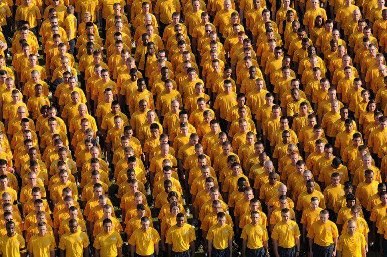Män med gula t-shirts.