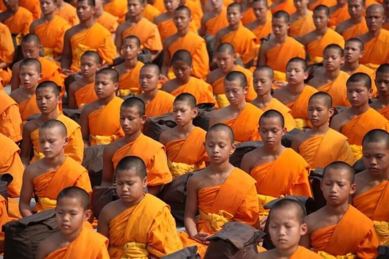 Munkar som mediterar.