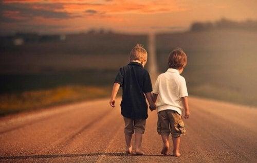 Pojkar som håller varandra i händerna
