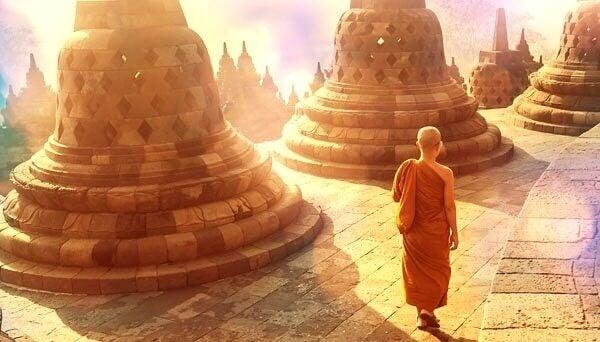 Tibetansk munk som går i ett tempel.