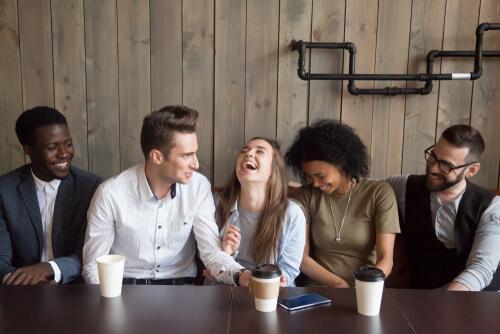Vilka är fördelarna med humor? Vi berättar
