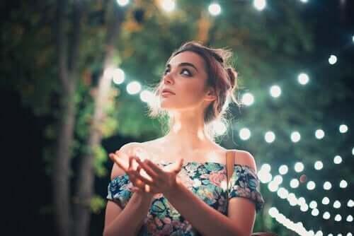 Kvinna bland lampor