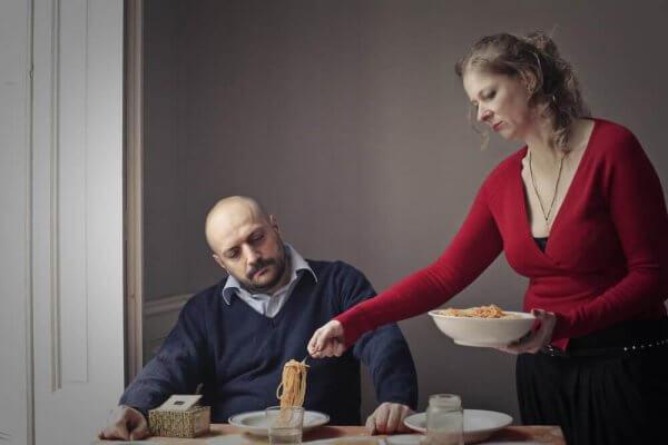 Kvinna serverar