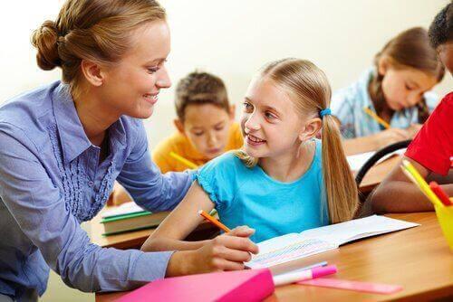 Lärare undervisar tjej