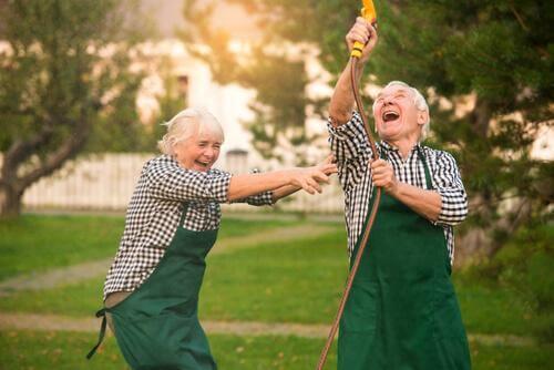 Skrattande äldre par