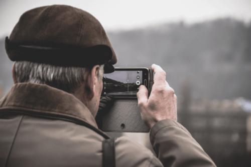 Äldre man som fotograferar