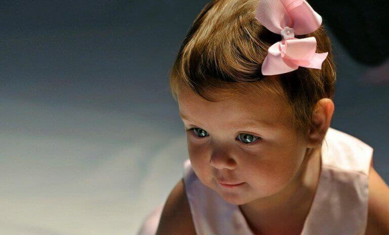 Bebis med rosett i håret.