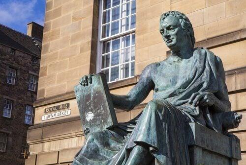 En staty av David Hume.
