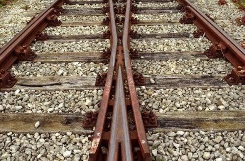Järnvägsspår som korsar varandra