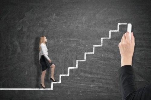 En kvinna går upp en trappa – Peters princip