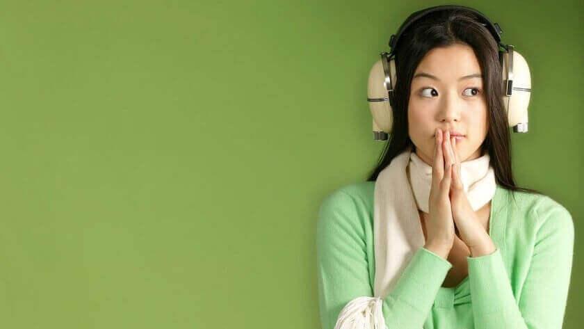 Kvinna med hörlurar som skydd mot misofoni.