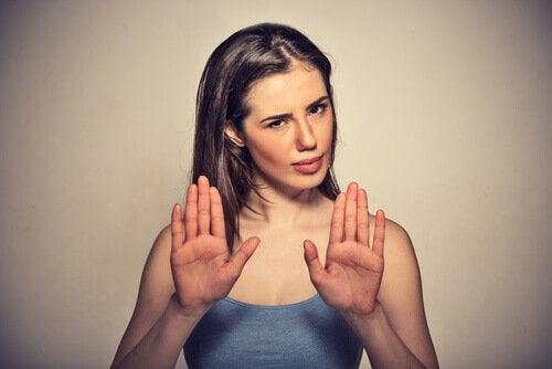 Kvinna som håller upp händerna.