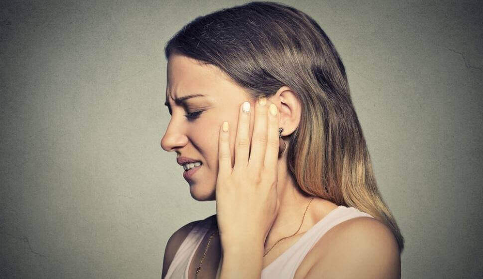 Kvinna som lider av misofoni.