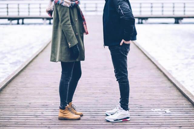 Man och kvinna som står på brygga.