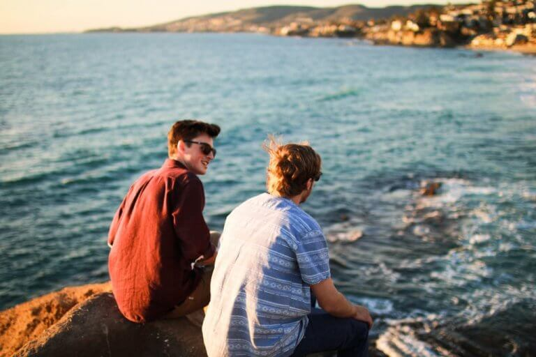 Man som pratar vid havet.
