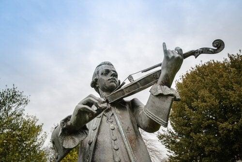 En staty av Mozart som spelar fiol.