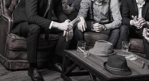 En grupp män som organiserar ett brott.