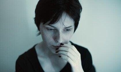 En sorglig, orolig kvinna.