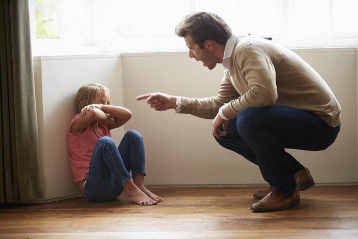 Pappa som skäller på dotter.