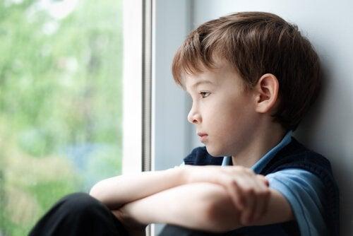 Pojke som tittar ut genom fönstret.
