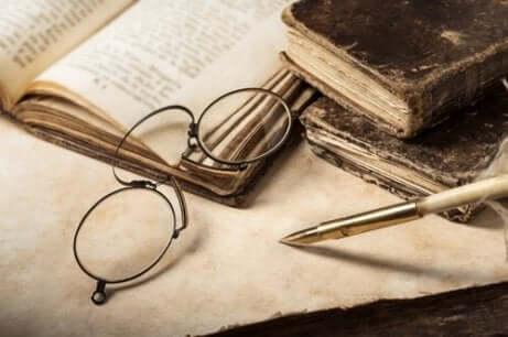 Glasögon och gammal bok