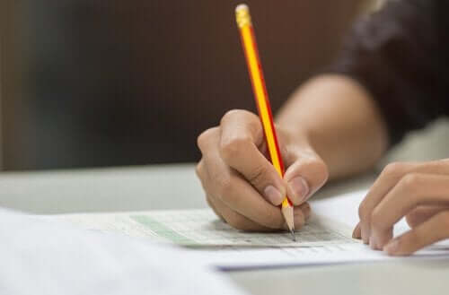 Person skriver prov