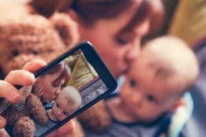Riskerna med att lägga upp barn på sociala medier