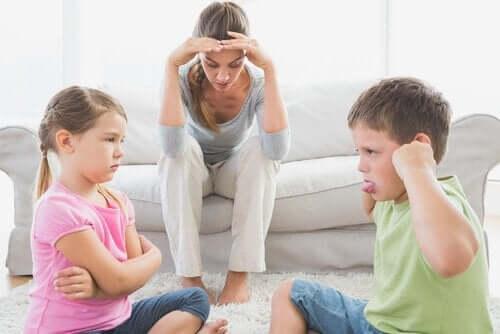 Barn som bråkar.