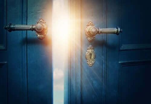 Dörr som öppnas.