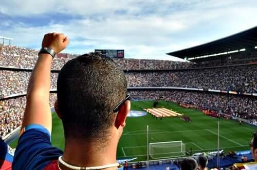 Fans som tittar på fotboll.