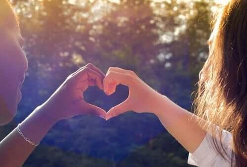 Händer som formar hjärta.