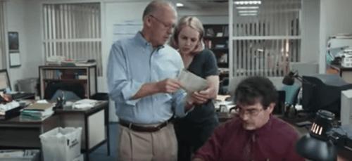 Journalister som diskuterar på kontoret.