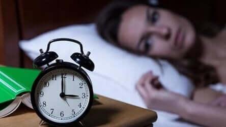 Kvinna och väckarklocka.