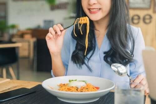 Kvinna som äter spaghetti.