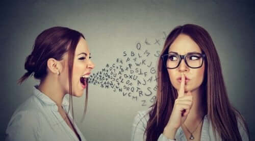 Kvinna som ber en annan kvinna att vara tyst.