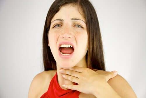 Kvinna som har svårt att prata.