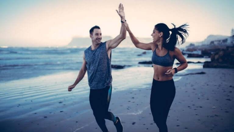 Man och kvinna på stranden.