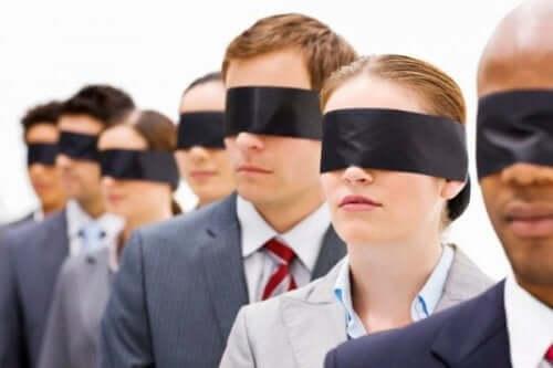 Personer med ögonbindlar.