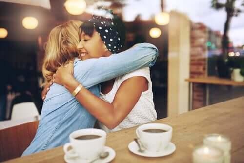 Väninnor på kafé.