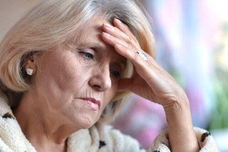Trött äldre kvinna