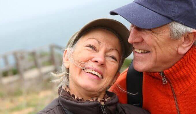 Äldre par som har en positiv konversation