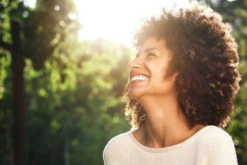 En leende kvinna.
